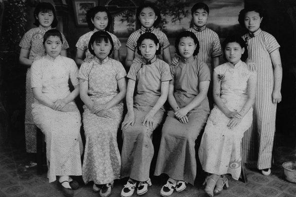 旗袍を着た女子学生たちの写真(上海、1930年代)。