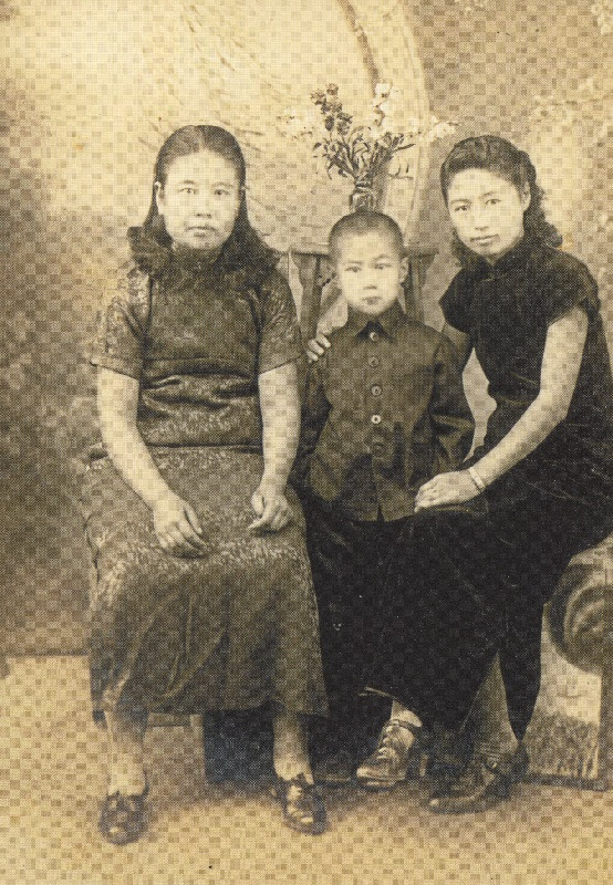 1940年頃の姜蘊華(左)。中国瀋陽にて撮影。